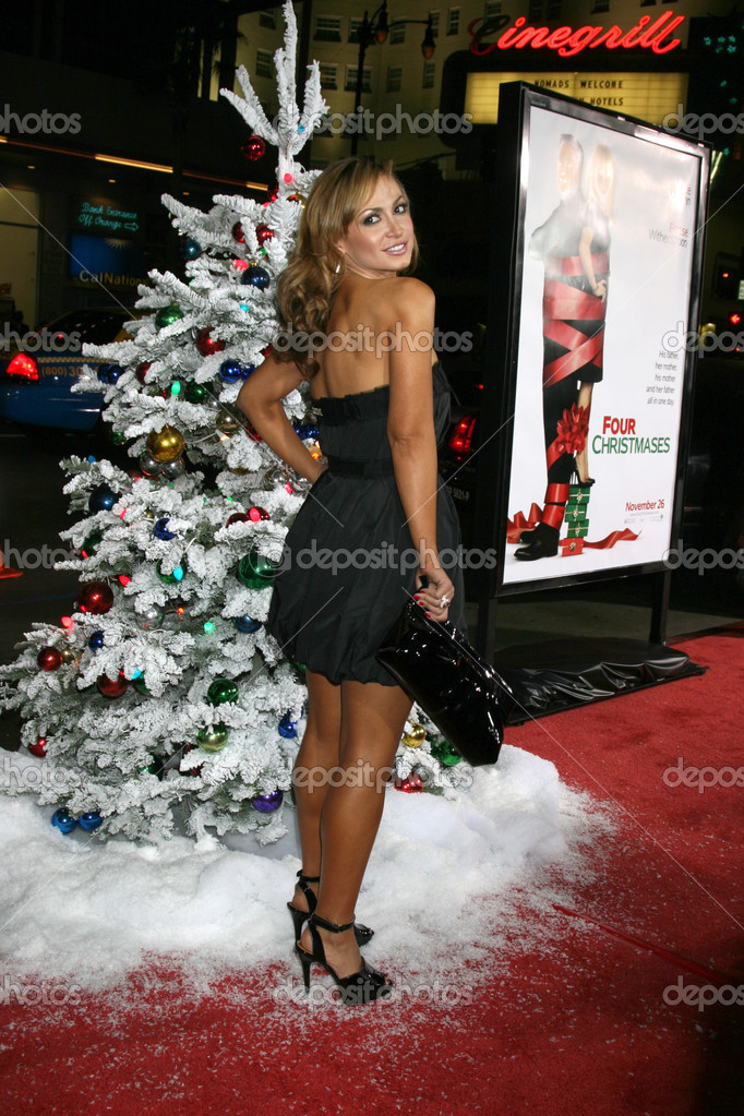Karina Smirnoff arriving at the Premiere of Four Christmases at Grauman's Chinese Theater in Los Angeles, CA on November 20, 2008 — Stock Photo #12911907