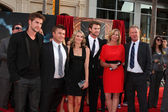 Liam Hemsworth, Chris Hemsworth, family — Stock Photo