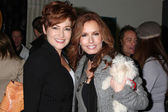 Carolyn Hennesy, Tracey Bregman, and dog in training Hazel — Stock Photo
