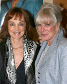 Pamela Sue Martin, and Linda Evans — Stock Photo