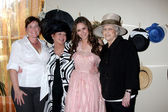 Michelle Hewitt (Sister-in-law), Pat Hewitt (Mom), Jennifer Love Hewitt, and Charlaotte Shipp (Grandma) — Stock Photo