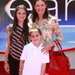 Mimi Rogers with daughter Lucy, son Charlie and a friend — Stock Photo