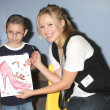 Kristen Bell & hospital patients — Stockfoto