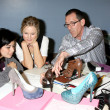 Kristen Bell,hospital patients Kevin & Daniely Valenzuela, shoe designer Mark Linn Pozo — Stock Photo #12994716