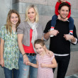 Jennie Garth, Peter Facinelli, and daughters Luca Bella, Lola Ray, and Fiona Eve Facinelli — Stock Photo
