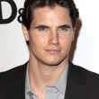 ������, ������: Robbie Amell
