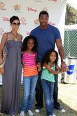 Nicole Murphy & Michael Strahan & her kids — Stock Photo