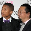 MusiciPharrell Williams (L) and artist Takashi Murakami — Stock Photo #13040621
