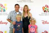 Scott Martin , Lauralee Bell with their children — Stock Photo