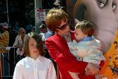 Carol Burnett and Her grandchildren, Zack & Dylan — Stock Photo