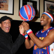 Al Jarreau & a globetrotter — Stock Photo