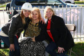 Kelly Sullivan with GH Fan Club President Debbie Morris, and individual fan club organizer Debby O'Connor — Stock Photo