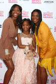 Actress Quvenzhane Wallis, mother Qulyndreia Wallis and sister Qunyquekya Wallis — Stock Photo