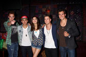 Kendall Schmidt, James Maslow, Carlos Pena Jr. and Logan Henderson of Big Time Rush with Victoria Justice — Stock Photo