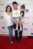 Tess Sanchez, Max Greenfield, Lilly Greenfield — Stockfoto