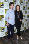 Freddie Highmore, Vera Farmiga — Stock Photo