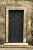 старые деревянные двери со старой стеной гранж — Стоковое фото