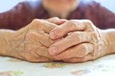 Oude vrouw hand — Stockfoto