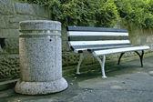 скамейки и урны для мусора — Стоковое фото
