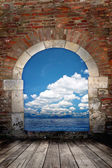Door to the ocean with blue sky — Stock Photo