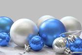 Mavi ve gümüş toplar — Stok fotoğraf