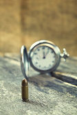 Proiettile sul tavolo di legno — Foto Stock