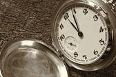 Zegarek kieszonkowy na tle wyblakły drewna — Zdjęcie stockowe