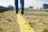 Caminando por la carretera de asfalto. — Foto de Stock