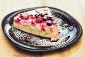 Traditionelle Quark Torte mit Waldfrüchten — Stockfoto