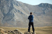 Man standing on top of mountain — Stock Photo