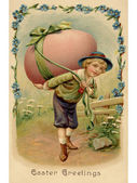 Een vintage pasen briefkaart van een jongen met een grote easter egg op hallo — Stockfoto