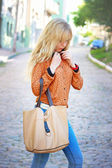 Chica rubia y con una bolsa de — Foto de Stock