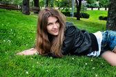 Mooie jonge vrouw in het park — Stockfoto