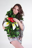 若い女性が花を持つポーズ — ストック写真