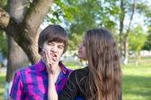 Schönes junges paar im freien — Stockfoto