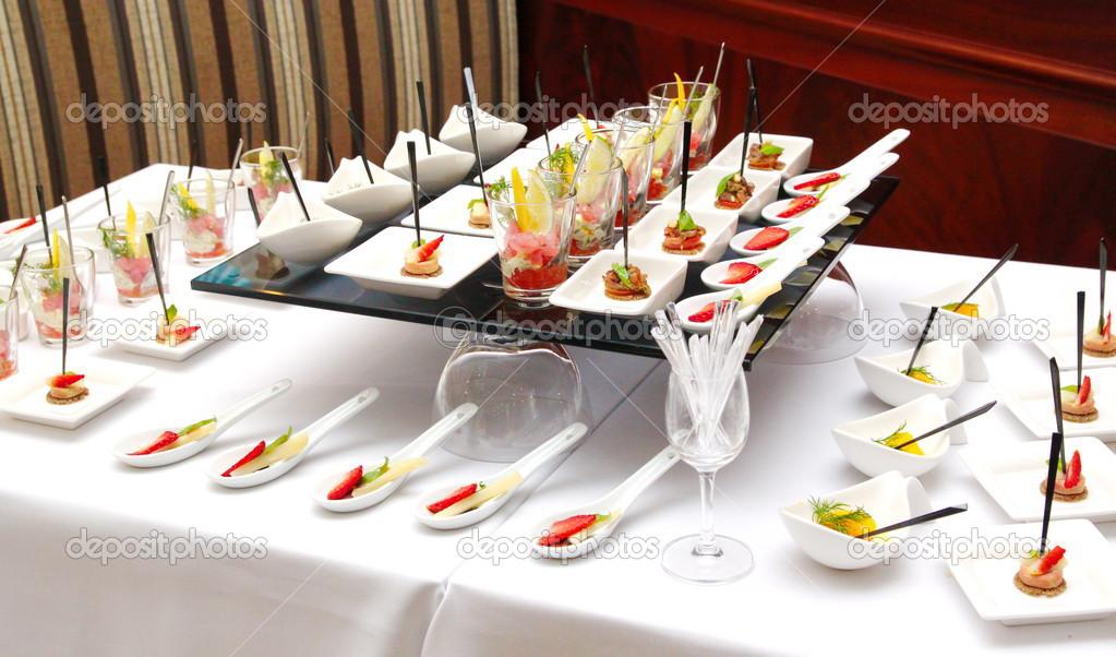 ... portions du dessert savoureux sucré sur buffet — Image #41624573