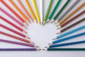 Skupina pestré barevné tužky tvaru srdce — Stock fotografie
