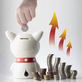Domuzcuk bankada para tasarruf yardım — Stok fotoğraf