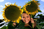Young beautiful woman in a sunflower field. — 图库照片