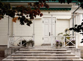 The white house with a verandah, a white railings — Stock Photo