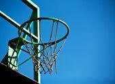 Vieja canasta de baloncesto con un cielo azul de fondo. — Foto de Stock