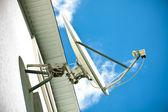 Antena satelital en la fachada de una casa — Foto de Stock