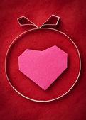 Ruční výroba papíru srdce na červené kraftový papír jako pozadí. pozdrav — Stock fotografie