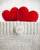 Dos corazones rojos en bolsillo de lana — Foto de Stock