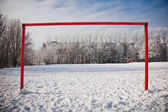 在冬天的季节空足球门 — 图库照片