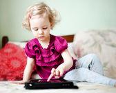 Ragazza carina utilizzando computer tablet — Foto Stock