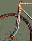 古い錆びた自転車、グリーン上で分離されて — ストック写真