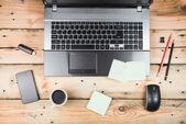 İşyeri, dizüstü bilgisayar ve ahşap masa üstünde not etmek — Stok fotoğraf