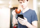 Homme de boire du café et à l'aide de mobile smartphone — Foto Stock