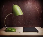 Retro green desk lamp on wooden table — Stock fotografie
